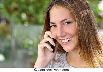 bonito, perfeitos, mulher, telefone, móvel, falando, sorrizo, branca