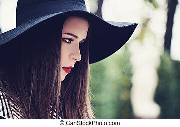 bonito, perfil, mulher, jovem, outdoors., chapéu