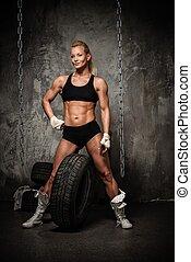 bonito, pneumáticos, mulher, contra,  bodybuilder, posar,  Muscular, correntes