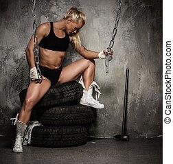 bonito, pneumáticos, mulher, sentando,  Muscular,  bodybuilder, segurando, correntes