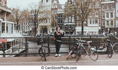 bonito, ponte, mulher, dela, fotógrafo, call., terminando, telefone, rua, 4k, bicycles., conversas, rio, caucasiano, amigo