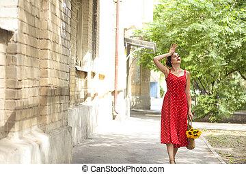 bonito, pontos, mulher, polca, girassóis, segurando, cesta, vestido, vermelho
