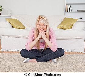bonito, posar, chão, enquanto, mulher, loiro, sentando