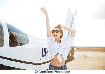 bonito, posar, mulher, óculos de sol, avião