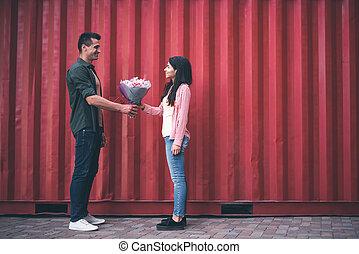 bonito, posição homem, oposta, mulher jovem, e, dar, dela, flores