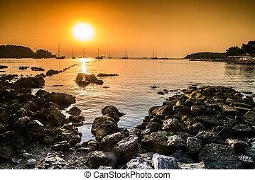 bonito, praia, durante, pôr do sol, em, rovinj, croácia
