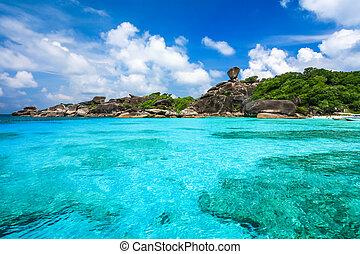 bonito, praia, e, cristal compensa, mar, em, ilha tropical,...