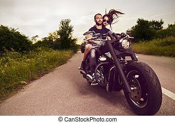 bonito, quadro, par romântico, jovem, bikers