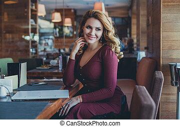 bonito, restaurant., assento mulher, modelo, café, sorrindo