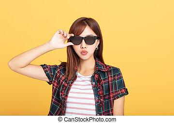 bonito, retrato, mulher, óculos de sol, jovem