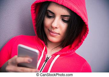 bonito, retrato, smartphone, mulher, jovem