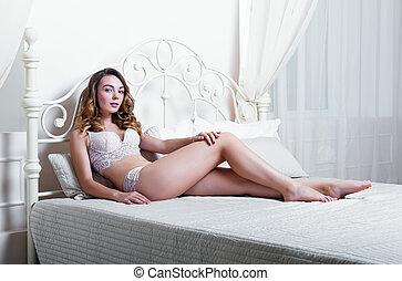 bonito, roupa interior, mulher, jovem, cama, excitado, mentindo