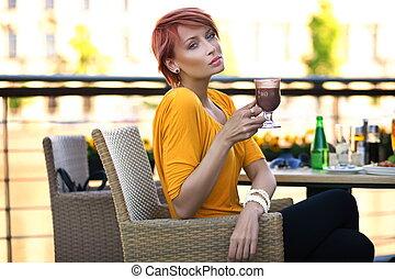 bonito, ruivo, mulher, bebendo, coffe, ligado, dia ensolarado