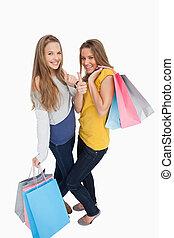 bonito, sacolas, shopping, dedo polegar*-para cima, mulheres, dois, jovem
