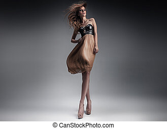 bonito, senhora jovem, em, um, moda, pose