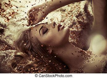 bonito, senhora, levando, um, dourado, cristal, banho