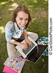 bonito, sentando, laptop, alegre, estudante, usando, capim