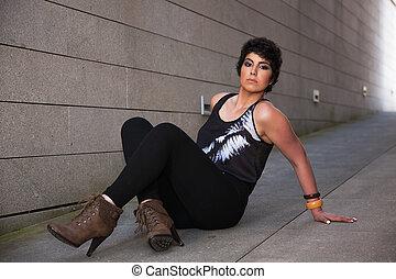 bonito, sentando, parede, chão, olhando jovem, exterior, fundo, câmera, mulher