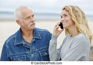 bonito, smartphone, antigas, filha, usando, homem