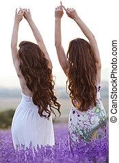 bonito, sobre, lavanda, jovem, campo, pôr do sol, dois, violeta, provence, mulheres