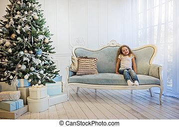 bonito, sofá, menina, sentando