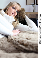 bonito, sofá, mulher, jovem, relaxante