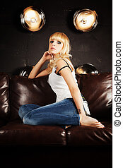 bonito, sofá, mulher, jovem, sentando