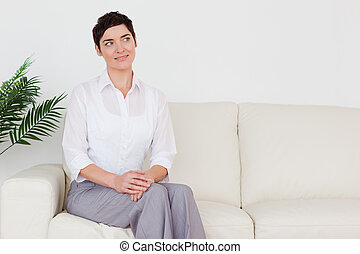 bonito, sofá, mulher, morena, sentando