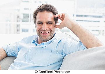 bonito, sofá, olhar, relaxante, câmera, alegre, homem