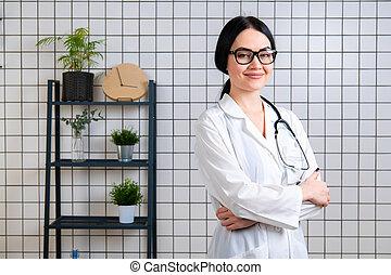 bonito, sorrindo, doutor, wearinbg, óculos, ficar, em, dela, modernos, escritório