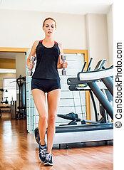bonito, sportswearwith, mulher, ajustar, ginásio, dumbbells