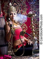 bonito, swarty, jovem, princesa, com, original, jóias, e, em, um, ouro, capacete, fumaças, um, hookah, e, lets, saída, um, nuvem, de, um, fumaça, através, narinas