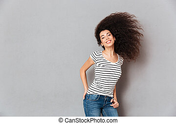 bonito, t-shirt, mulher, waving, dela, jovial, sendo, sobre, cinzento, tendo, cabelo, parede, câmera, deslumbrante, divertimento, sorrindo, listrado, feliz