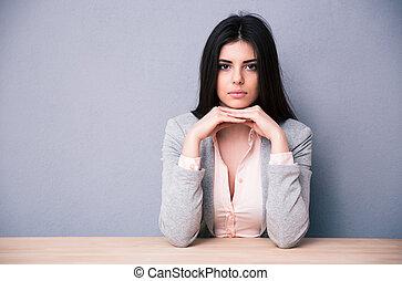 bonito, tabela, mulher, jovem, sentando