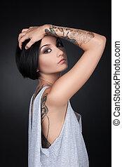 bonito, tatuagem, cabeça, femininas, olhando jovem, atraente, segurando, menina, hands.
