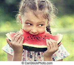 bonito, toned, comer, verão, grande, verde, vidro, closeup, experiência., retrato, melancia, menina, dia, vermelho, criança