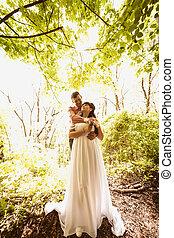 bonito, toned, ensolarado, par, casado, árvore abraça, foto, sob, recentemente, dia