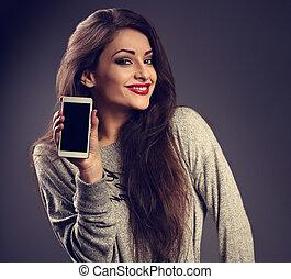 bonito, toned, mulher, experiência., móvel, maquilagem, cinzento, escuro, telefone, closeup, anunciando, segurando, portrait., sorrir feliz
