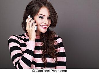 bonito, toothy, estilo, mulher, cacheados, sorrir., móvel, maquilagem, grisalhos, telefone, fundo, falando, feliz