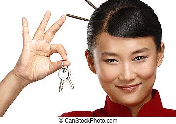 bonito, tradicional, asiático, mulher chinesa, mostrando, apartamento, teclas