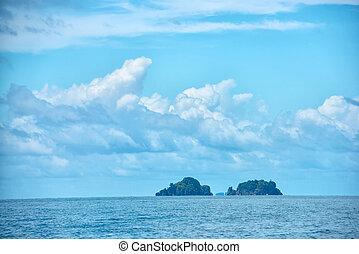 bonito, tropicais, oceano azul, e, nuvens, ligado, céu, com, dois, ilhas, viagem, fundo, tailandia