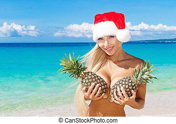 bonito, tropicais, segurando, chapéu, abacaxi, tropics., feriados, alegre, experiência., peito, mar, ano, novo, loiro, praia, natal