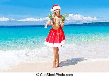 bonito, tropicais, segurando, praia, abacaxi, tropics., feriados, alegre, experiência., peito, mar, ano, novo, loiro, saia, chapéu natal