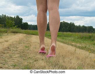 bonito, verão, andar, pernas, femininas, capim