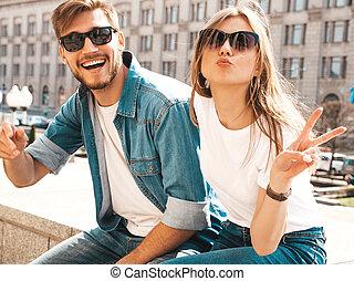 bonito, verão, família, sinal, alegre, rua, pato, menina sorri, dela, paz, casual, bonito, feliz, mostrando, clothes., sunglasses., fundo, namorado, rosto, divertimento, fazer, tendo