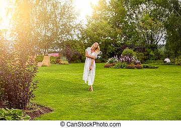 bonito, verão, gramado, mulher, descalço, jardim, youmg, loura