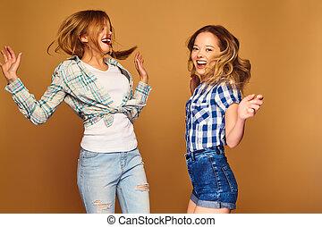 bonito, verão, loucos, dourado, jovem, posar, loura, trendy, sorrindo, camisa, dançar, positivo, meninas, isolado, experiência., ir, hipster, checkered, modelos, despreocupado, clothes., duas mulheres