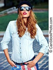 bonito, verão, mulher, óculos de sol, calças brim azuis, rua, posar, loura, retrato, elegante, modelo, hipster, roupas casuais