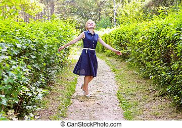 bonito, verão, mulher, braços estendidos, sorrir., girar, garden., dia