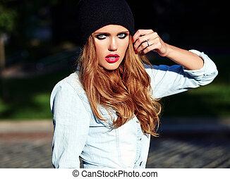 bonito, verão, mulher, calças brim azuis, rua, posar, loura, retrato, elegante, modelo, hipster, roupas casuais